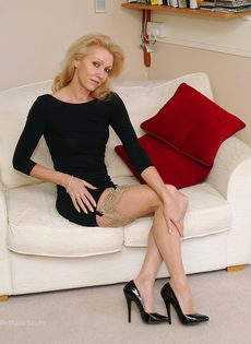 Магдалена и секретный фут фетиш в сплошных нейлонах на высоких каблуках - фото #2
