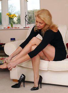 Магдалена и секретный фут фетиш в сплошных нейлонах на высоких каблуках - фото #5