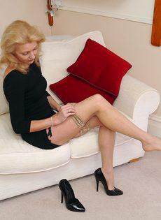 Магдалена и секретный фут фетиш в сплошных нейлонах на высоких каблуках - фото #6