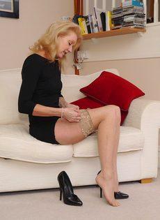 Магдалена и секретный фут фетиш в сплошных нейлонах на высоких каблуках - фото #8