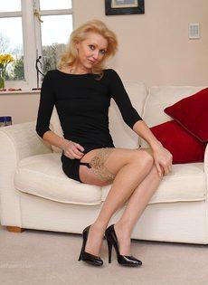 Магдалена и секретный фут фетиш в сплошных нейлонах на высоких каблуках - фото #11