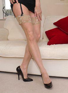 Магдалена и секретный фут фетиш в сплошных нейлонах на высоких каблуках - фото #15