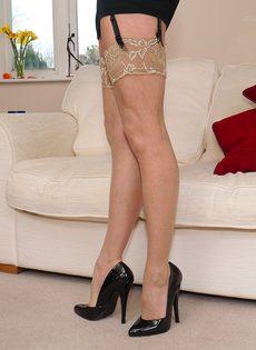 Магдалена и секретный фут фетиш в сплошных нейлонах на высоких каблуках - фото #16