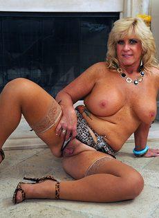 Зрелая женщина в разделась у камина - фото #14