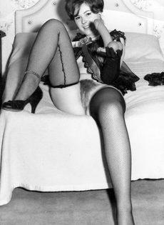 Эротические ретро фото бабенки с волосатой вагинальной дыркой - фото #7