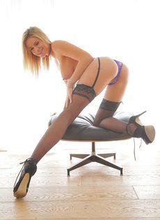 Эротические фото сногсшибательной девушки в черных чулках - фото #7