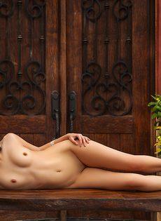 Фото обнаженной латиноамериканской девушки на свежем воздухе - фото #10
