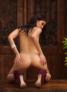 Фото обнаженной латиноамериканской девушки на свежем воздухе - фото #14