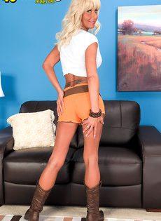 Грудастая женщина со светлыми волосами раздвигает половые губы - фото #3