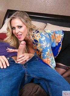 Жаркая бабенка Джулия Энн принимает член вагинальной дыркой - фото #5