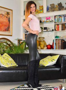 Откровенная сучка на каблуках спускает обтягивающие штаны - фото #3