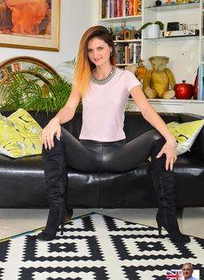 Откровенная сучка на каблуках спускает обтягивающие штаны - фото #5
