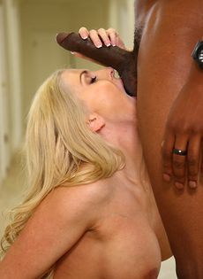 Темнокожий парень сунул большой член в рот блондинки - фото #6