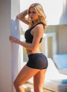 Секси бейби Джессика Роудс снимает шорты и бюстгальтер из спандекса - фото #6