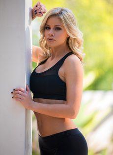 Секси бейби Джессика Роудс снимает шорты и бюстгальтер из спандекса - фото #8