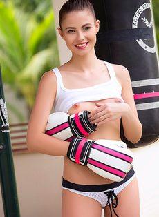 Фотографии спортивной красавицы в белых гольфах - фото #2