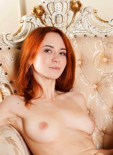 Красивая рыжая девушка с волосатой пиздой - фото #3