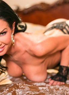 Известная порно звезда Вероника Авлув позирует в спальне на кровати - фото #7