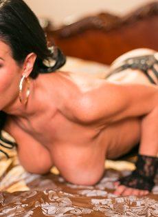 Известная порно звезда Вероника Авлув позирует в спальне на кровати - фото #8