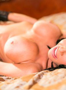 Известная порно звезда Вероника Авлув позирует в спальне на кровати - фото #9