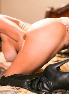 Известная порно звезда Вероника Авлув позирует в спальне на кровати - фото #11