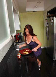 Женщина Mimi Moore показала пизду с волосами на лобке на кухне - фото #3