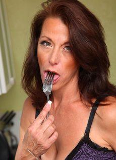 Женщина Mimi Moore показала пизду с волосами на лобке на кухне - фото #4
