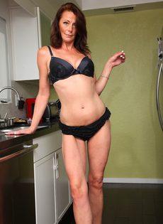 Женщина Mimi Moore показала пизду с волосами на лобке на кухне - фото #6