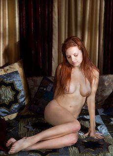 Эротические фото рыжеволосой красивой девушки с бритой киской - фото #2