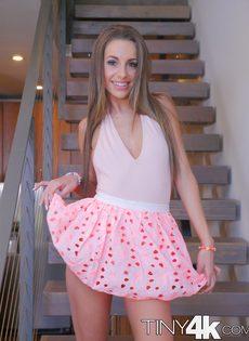 Симпатичная Кимми Грейнджер снимает свою короткую юбку - фото #4