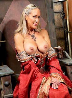Зрелая мадам Бранди Лав высвобождает большие сиськи из косплей костюма - фото #6