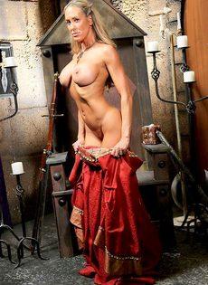 Зрелая мадам Бранди Лав высвобождает большие сиськи из косплей костюма - фото #8