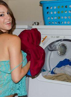 Домашние фотографии большешгрудой красавицы возле стиральной машины - фото #5