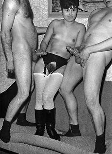 Брюнетка в белых чулках развратничает с двумя чуваками - фото #4
