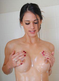 Красавица Тиффани Томсон голая в ванной комнате - фото #10
