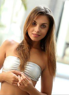 Гладко выбритая пися красивой девушки у бассейна - фото #1