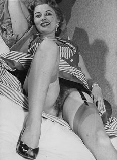 Зрелая баба в чулках расставляет ноги и демонстрирует мохнатую киску - фото #2