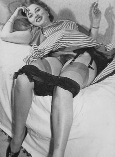 Зрелая баба в чулках расставляет ноги и демонстрирует мохнатую киску - фото #4