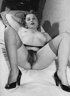 Зрелая баба в чулках расставляет ноги и демонстрирует мохнатую киску - фото #5