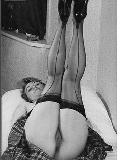 Зрелая баба в чулках расставляет ноги и демонстрирует мохнатую киску - фото #6