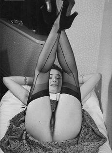 Зрелая баба в чулках расставляет ноги и демонстрирует мохнатую киску - фото #10