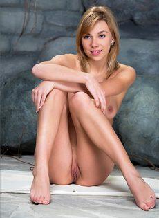 Привлекательная тёлка раздвинула ноги и показала выбритую киску - фото #6