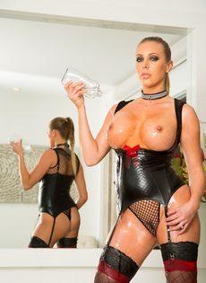 Гламурная порно звезда в сексуальном эротическом наряде - фото #15