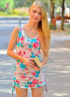 Молоденькая блондинка продемонстрировала дырочки на улице - фото #1