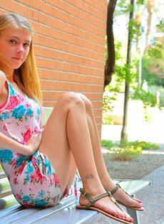Молоденькая блондинка продемонстрировала дырочки на улице - фото #7