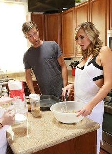 Трах с молодой девкой и раскрепощенной мамкой на кухонном столе - фото #1