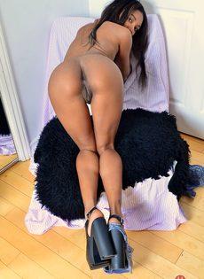Чернокожая красотка раздвигает половые губы во время фото сессии - фото #13