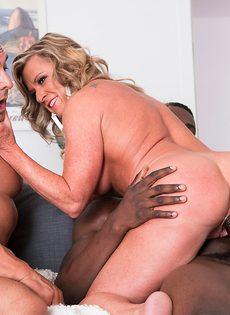 Зрелая женщина живет межрасовой сексуальной фантазией - фото #9