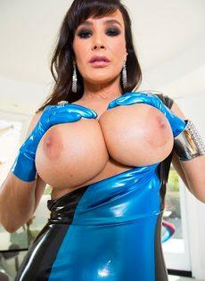 Эффектная зрелая брюнетка Лиза Энн и ее большая грудь - фото #13