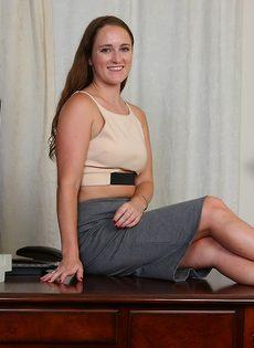 Молодая девица с длинными волосами обнажилась в кабинете - фото #1
